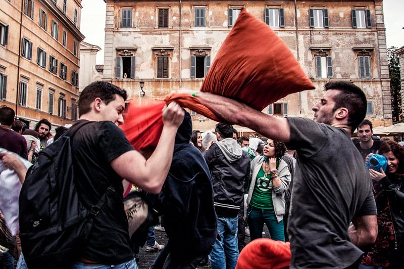 guerra dei cuscini roma trastevere